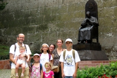 esztergomi családi kirándulás Mindszenty szobra előtt